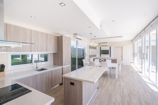Luxuriöse innenarchitektur im wohnzimmer des hauses und heller raum mit esstisch Premium Fotos