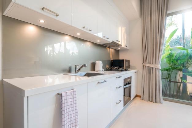 Luxuriöse innenarchitektur-pool-villa im küchenbereich, die über eine insel und ein möbelhaus, ein haus, ein gebäude und ein hotel verfügt Premium Fotos