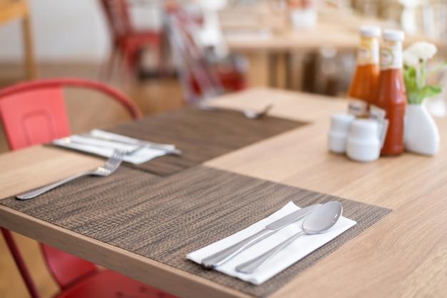 Luxuriöse löffel und gabel blume vaseson sauce flasche Premium Fotos
