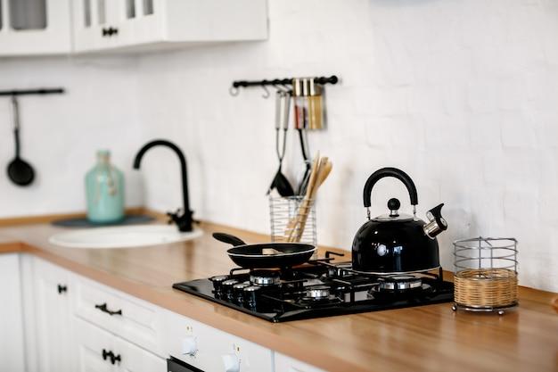 Luxuriöse weiße küche und wohnzimmer in einem großen haus Premium Fotos