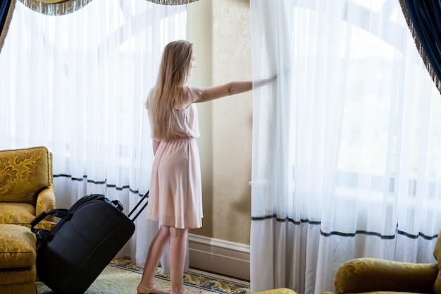 Luxuriöses fünf-sterne-hotel empfängt die gäste an einem wochenende. Premium Fotos