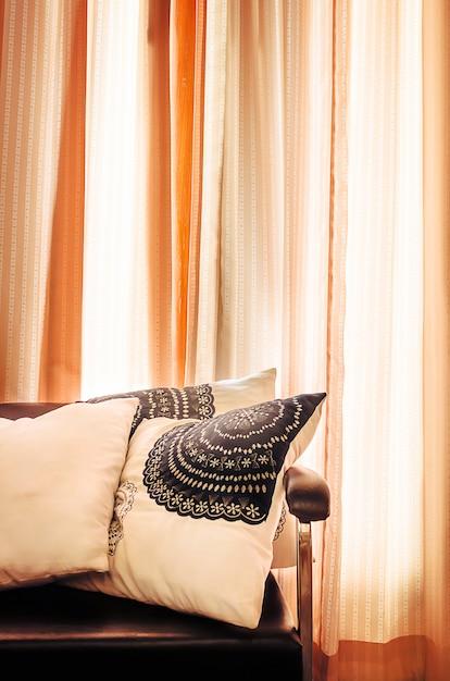 Luxuriöses sofa mit vorhängen Premium Fotos