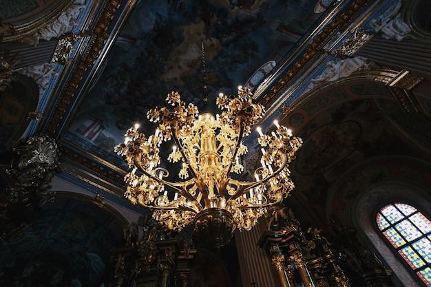 luxuri se goldene lampe h ngt unter der decke download der kostenlosen fotos. Black Bedroom Furniture Sets. Home Design Ideas