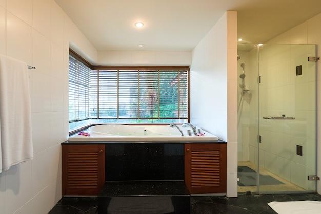 Luxus-badezimmer verfügt über waschbecken, wc-schüssel und badewanne Premium Fotos