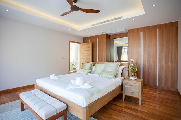 Luxus-Innenarchitektur im Schlafzimmer der Poolvilla | Download der ...