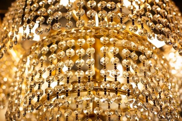 Luxus kronleuchter nahaufnahme. gold funkelnder kronleuchter in einem teuren luxushotel. luxus im innenraum Premium Fotos