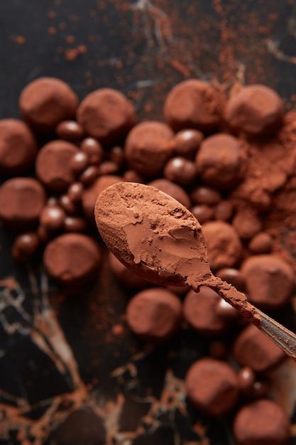 Luxus-schokoladentrüffel auf schwarzer marmoroberfläche. Premium Fotos