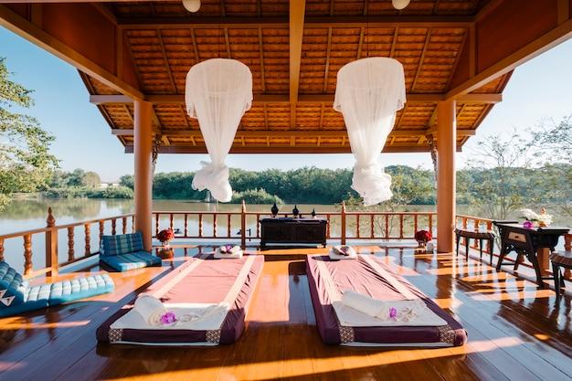 Luxus-thai-massage im pavillon Kostenlose Fotos