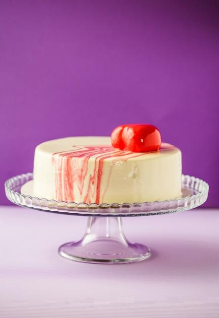 Luxus und eleganter kuchen weiß und rot über lila wand Premium Fotos