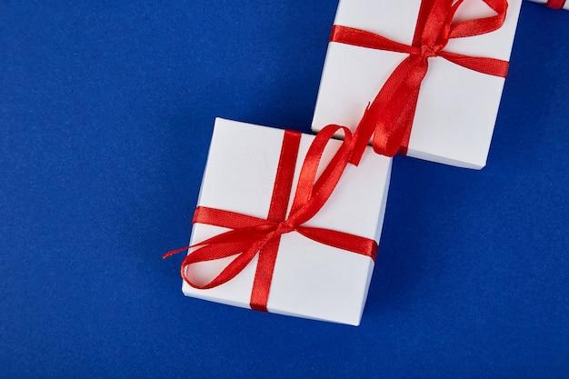 Luxus weiße geschenkboxen mit rotem band Premium Fotos