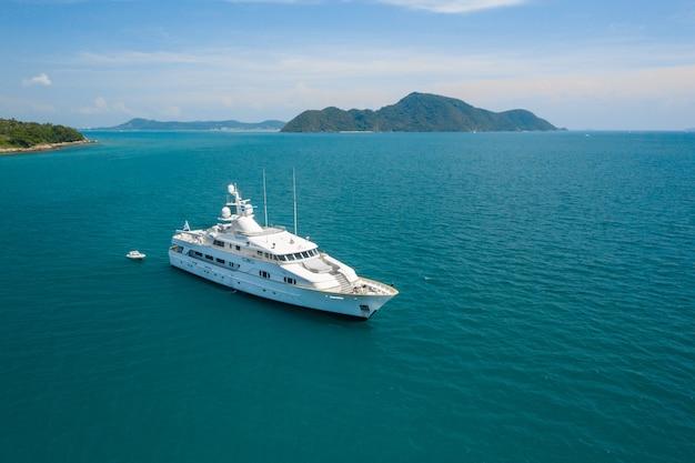 Luxus-yacht aus der luft von oben, die im meerblauen meer segelt Premium Fotos