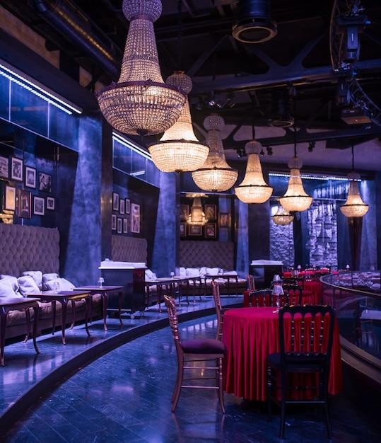 Luxusinnenarchitektur des restaurants im dunklen blitz. Kostenlose Fotos