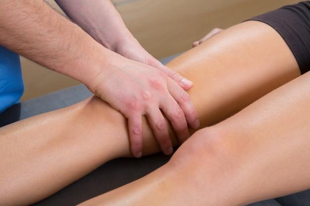 Lymphdrainage massage therapist hände auf frau bein Premium Fotos