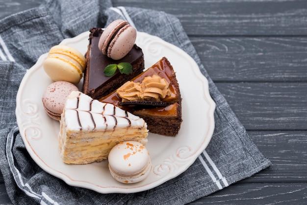 Macarons und kuchen auf teller mit minze Premium Fotos