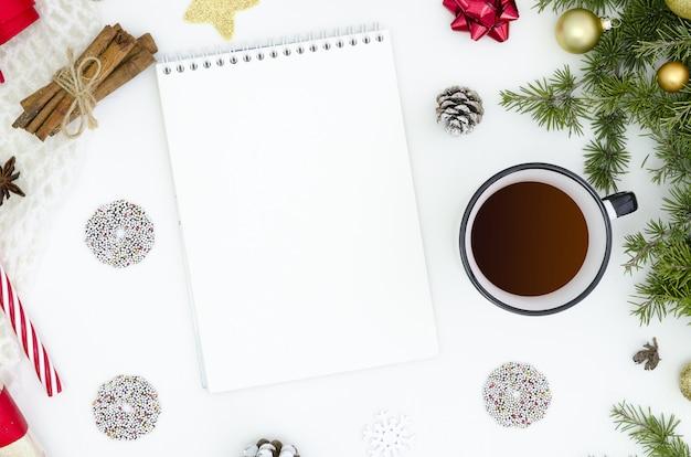 Mach liste für neues jahr. notizbuch unter den dekorationen des neuen jahres Premium Fotos