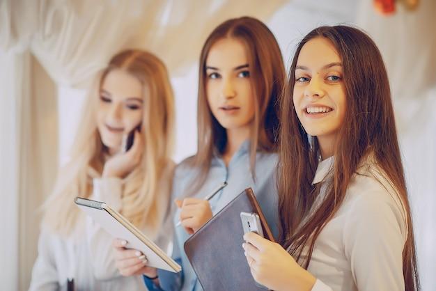 Mädchen in einem Restaurant Kostenlose Fotos