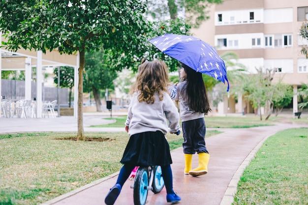 Mädchen am regnerischen tag Kostenlose Fotos