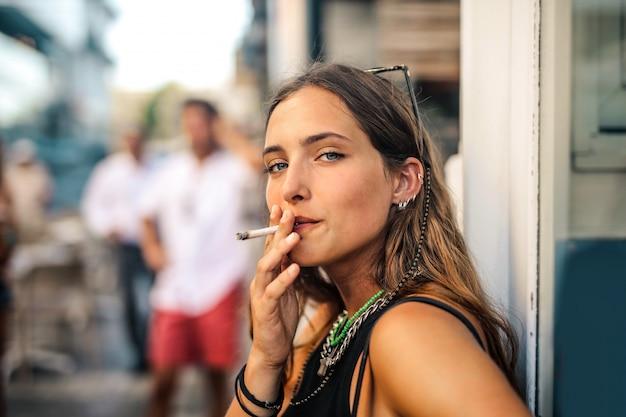 Mädchen auf der straße rauchen Premium Fotos
