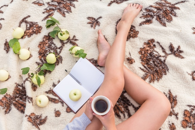 Mädchen auf einem picknick auf der natur ruht auf einer decke von decken Premium Fotos