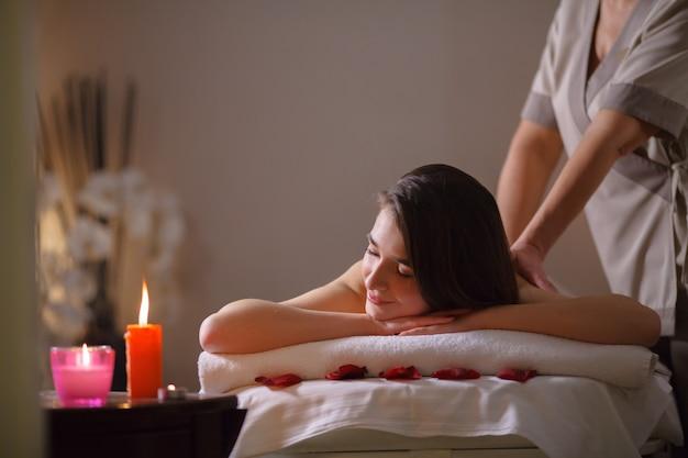 Mädchen auf massage im badekurortsalon. Premium Fotos