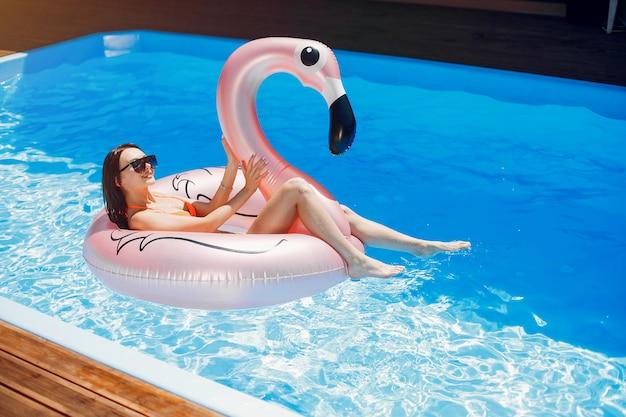Mädchen auf sommerfest im swimmingpool Kostenlose Fotos