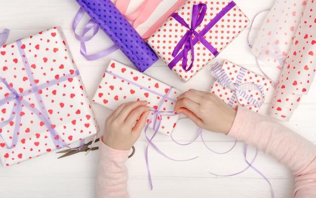 Mädchen band farbband auf dem geschenk Premium Fotos