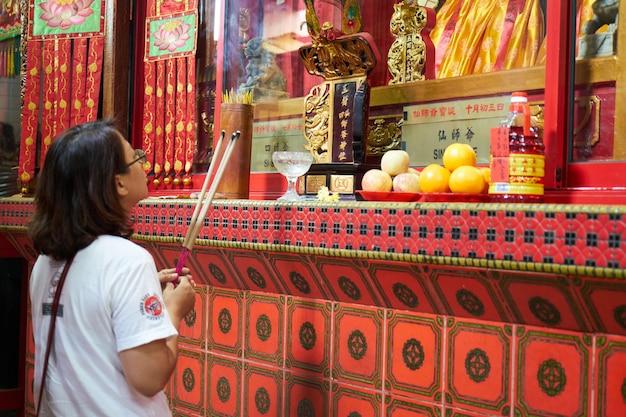 Mädchen beten in einem tempel Kostenlose Fotos