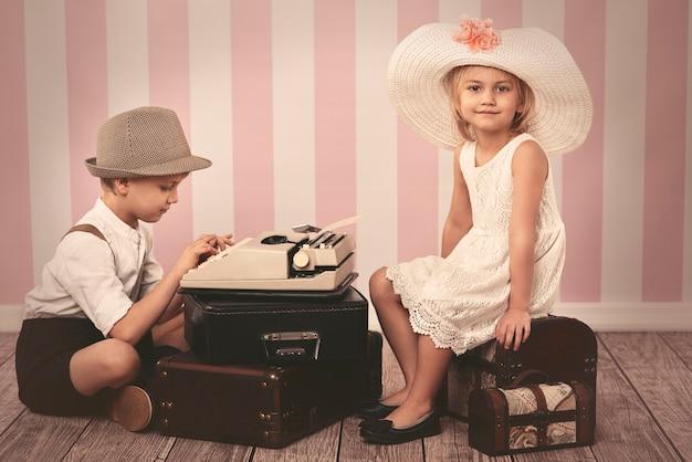Mädchen, das auf einen romantischen brief wartet Kostenlose Fotos