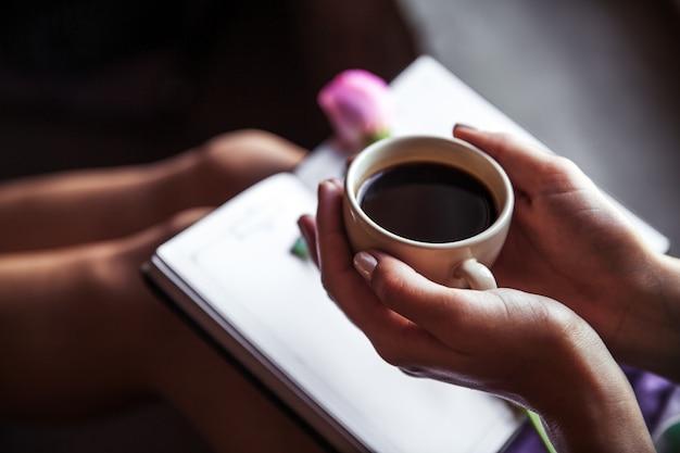 Mädchen, das buch liest und kaffee trinkt, schöne rose. morgen, hobbys, blumen, studium Premium Fotos