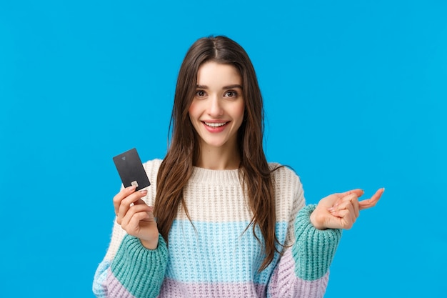 Mädchen, das die profis des neuen bankensystems, finger faltend zählt. attraktiver weiblicher shopaholic bereiter abfall alles geld auf kreditkarte während der speziellen winterrabattjahreszeit, einkaufen, lächelnde kamera Premium Fotos