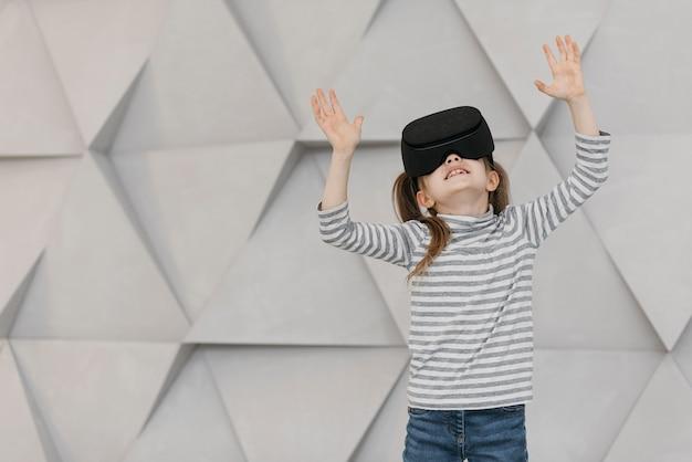 Mädchen, das die vorderansicht des headsets der virtuellen realität trägt Kostenlose Fotos