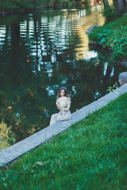 Mädchen, das draußen natur genießt Premium Fotos
