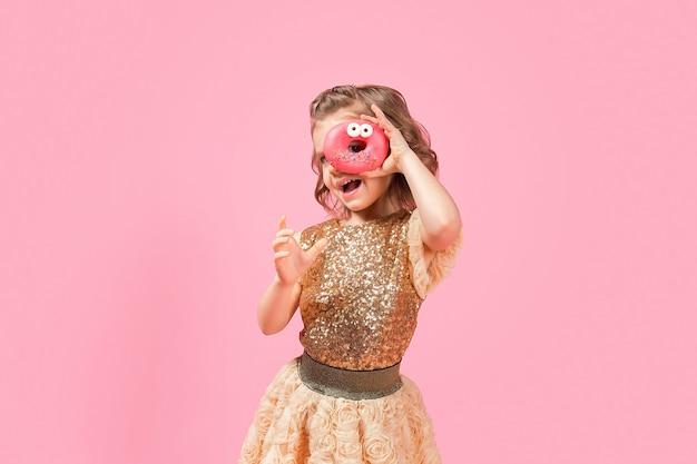 Mädchen, das durch donutloch schaut Premium Fotos