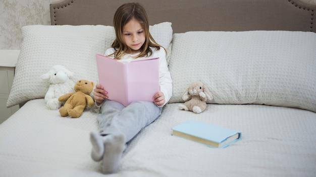 Mädchen, das ein buch liest Kostenlose Fotos