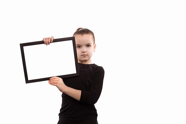 Mädchen, das eine leere platte auf einem weißen hintergrund hält Premium Fotos