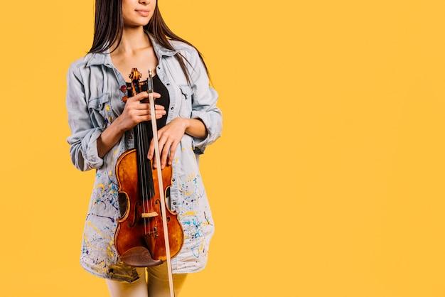 Mädchen, das eine violine hält Kostenlose Fotos