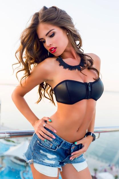 Mädchen, das einen bikini aufwirft, der aufwirft Kostenlose Fotos