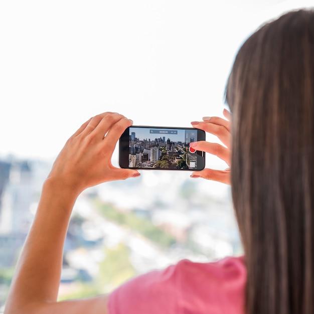 Mädchen, das foto der landschaft macht Kostenlose Fotos