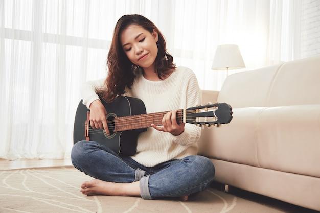 Mädchen, das gitarre spielt Kostenlose Fotos