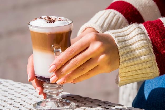 Mädchen, das glas kaffee trinkt Kostenlose Fotos