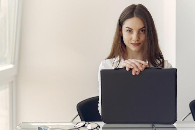 Mädchen Im Büro Zerstört