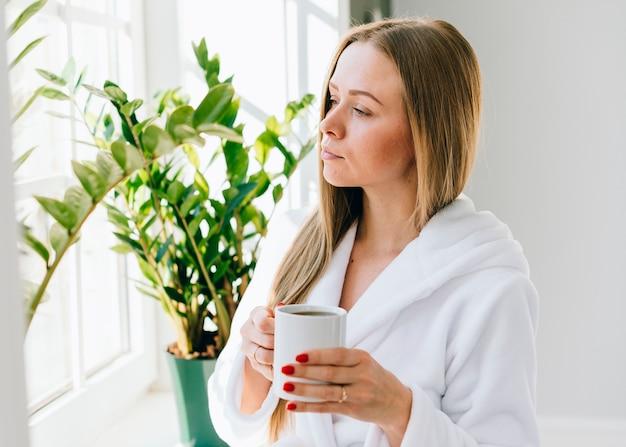 Mädchen, das kaffee am badezimmer trinkt | Download der kostenlosen ...