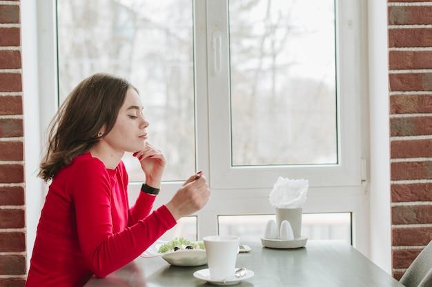 Mädchen, das kaffee in einem restaurant trinkt Kostenlose Fotos