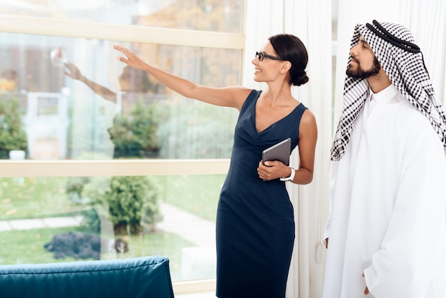 Mädchen, das mit arabischen geschäftsmännern auf einem geschäft spricht. Premium Fotos