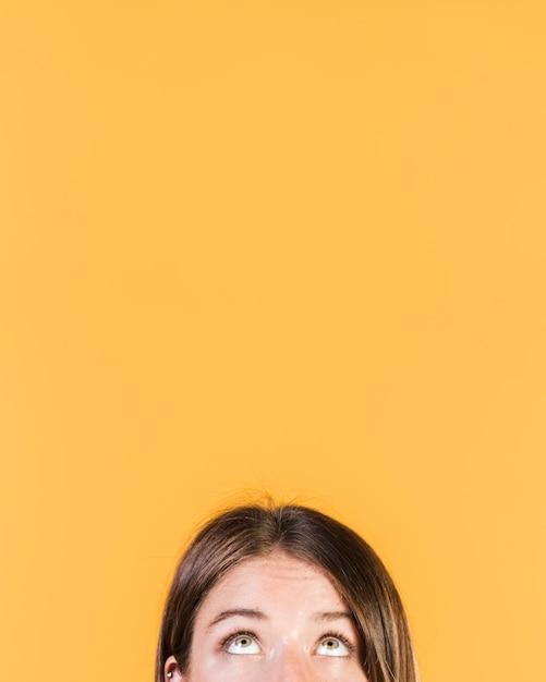 Mädchen, das oben mit kopienraum schaut Kostenlose Fotos