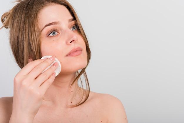 Mädchen, das sie make-up entfernt Kostenlose Fotos