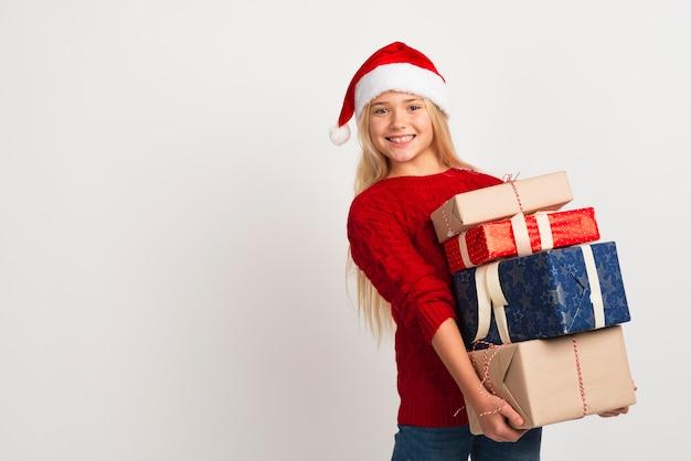 Mädchen, das stapel von geschenken hält Kostenlose Fotos