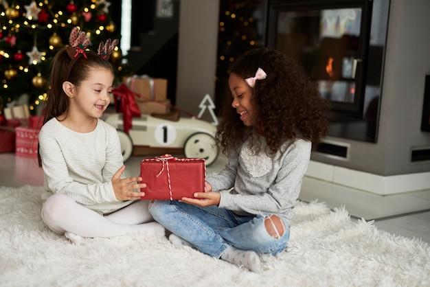 Mädchen, das weihnachtsgeschenk gibt Kostenlose Fotos