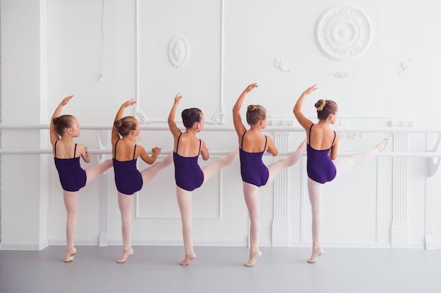 Mädchen dehnen sich im choreografieunterricht Premium Fotos