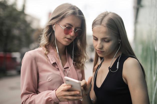 Mädchen, die einen on-line-inhalt überprüfen Premium Fotos